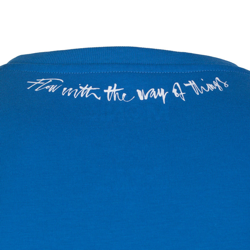 Detail of the back neck of the Lao Tze inspired ultramarine T-shirt 'Flow with the way of things.'